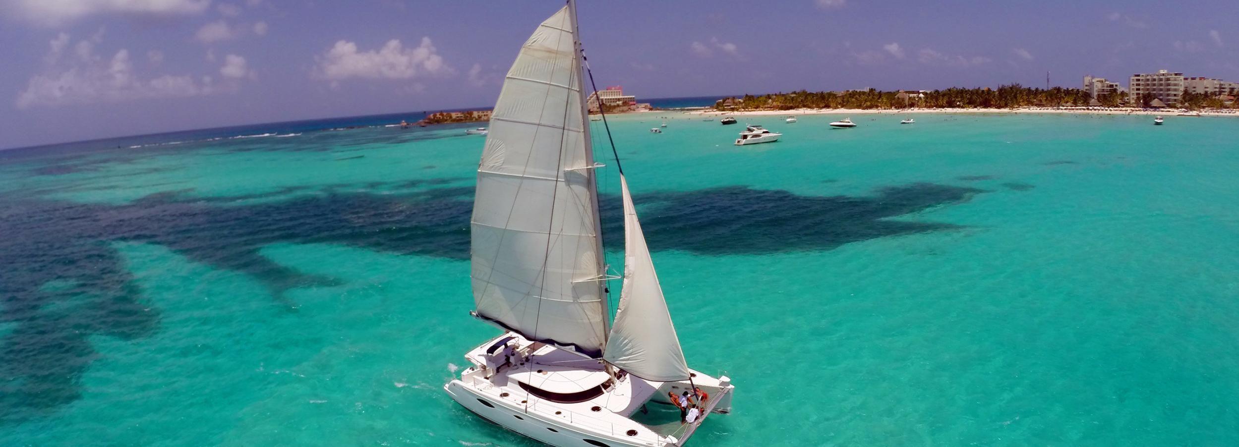 Isla Mujeres: tour de día completo en catamarán