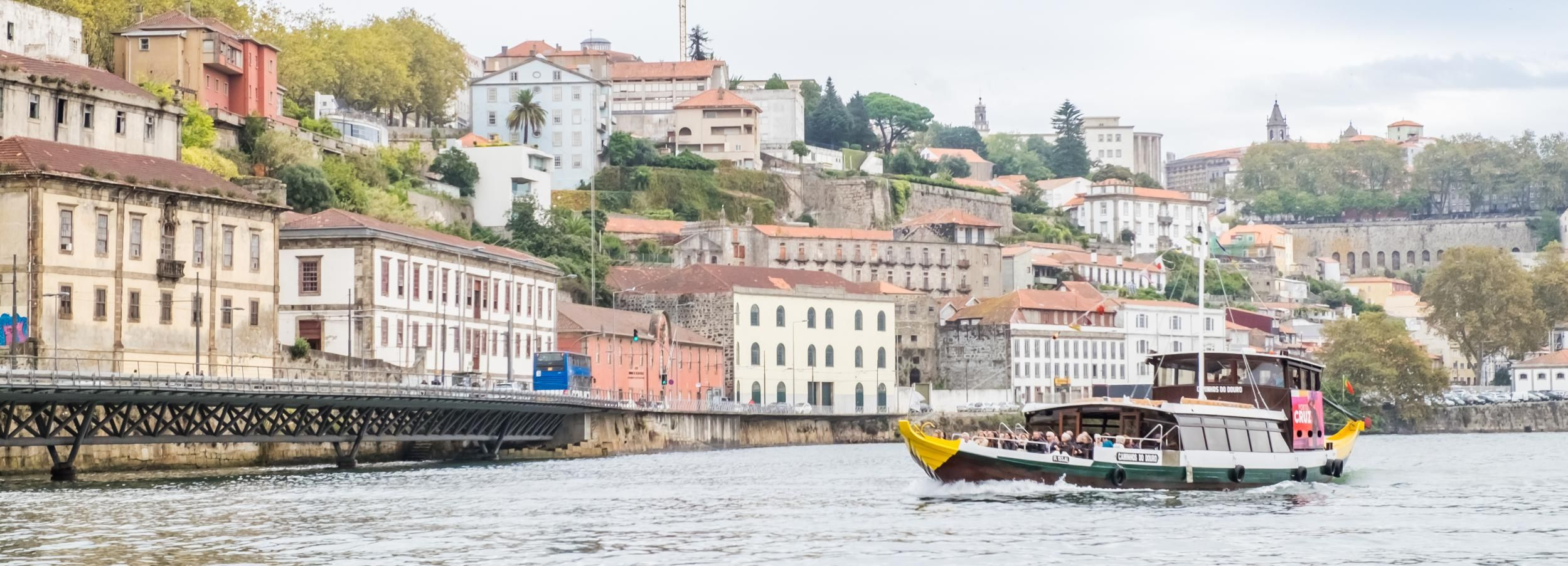 Porto: Hop-On/Hop-Off-Bustour, Schifffahrt & Weinprobe