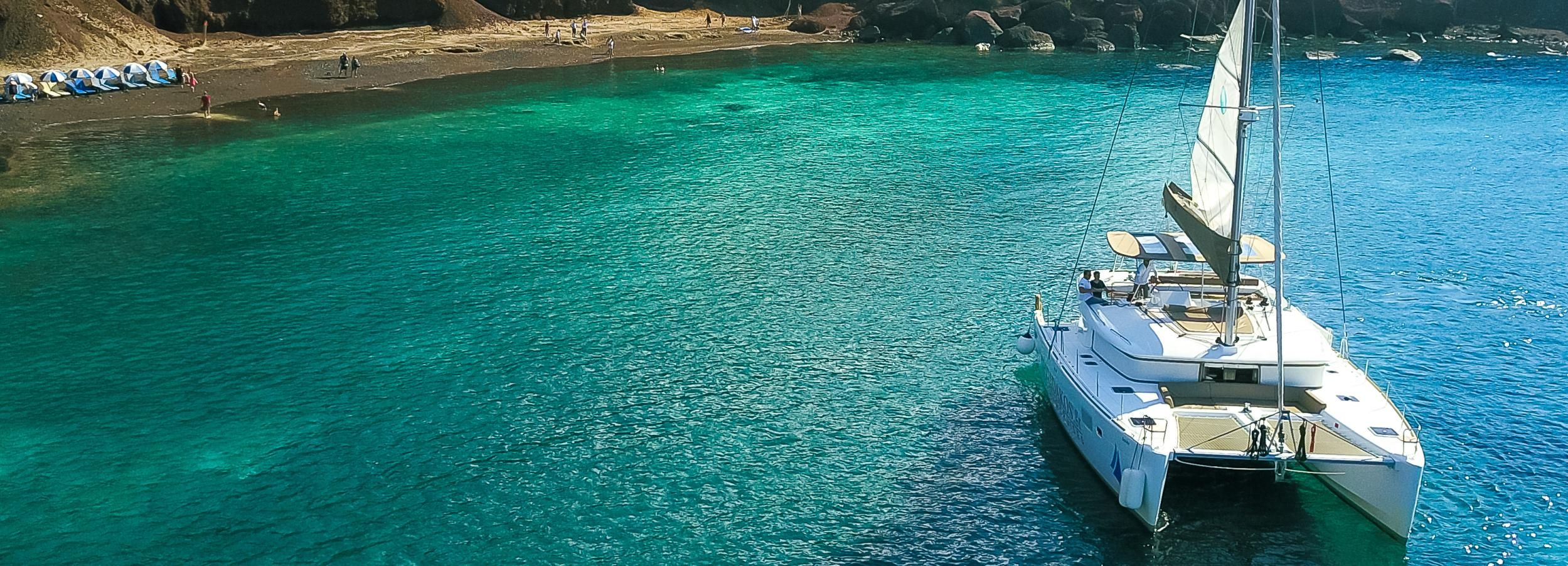Santorini: Catamarán privado con comida y bebidas a la barbacoa