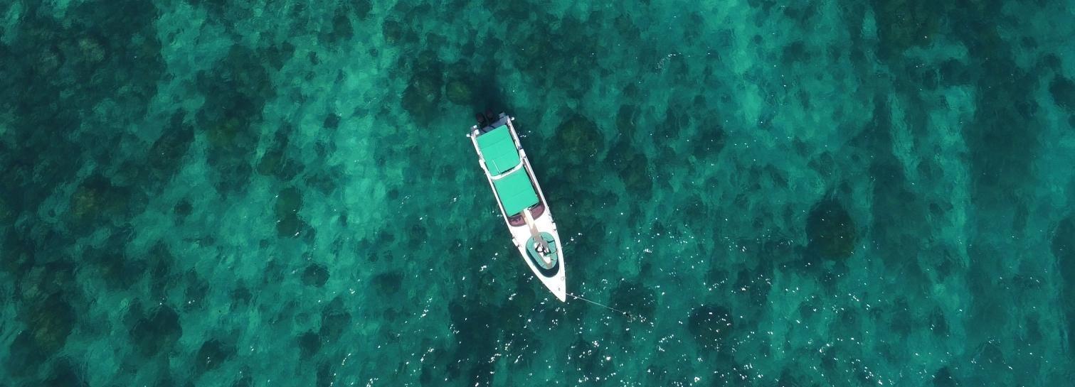 Phuket: Carta de lanchas privadas de día completo a la isla de Phi Phi