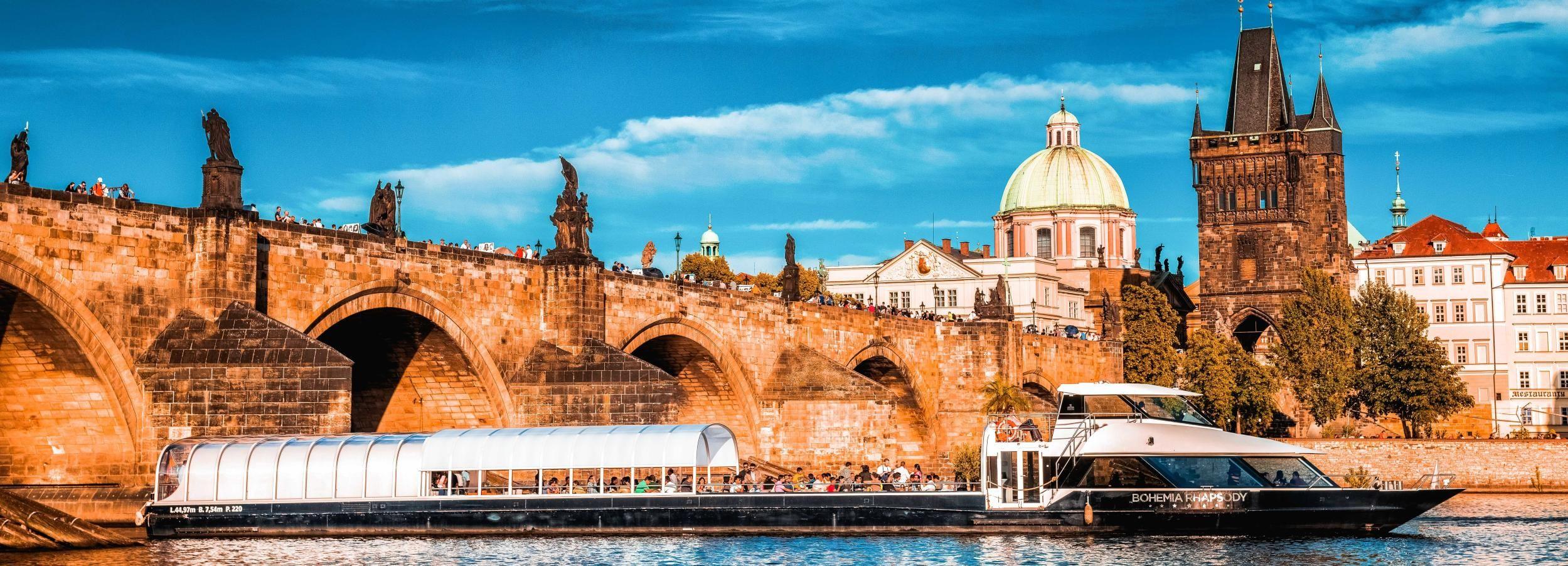 Praga: paseo en barco de 2 h por el río Moldava con almuerzo