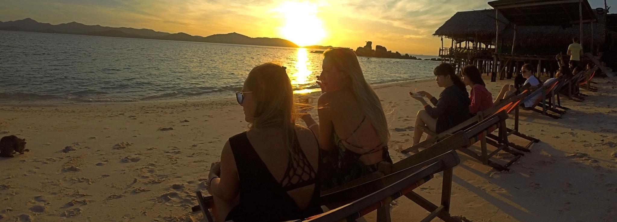 Desde Phuket: tour a Phi Phi al amanecer con buffet