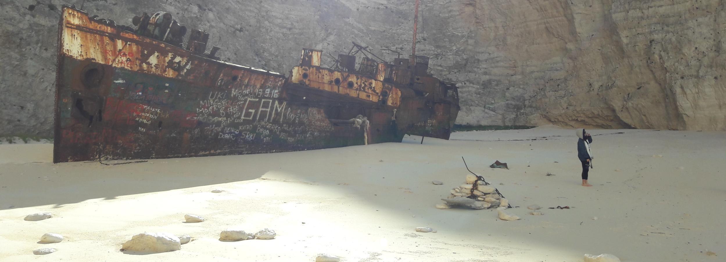 Desde St.Nikolaos: crucero en barco a la playa Navagio y cuevas azules