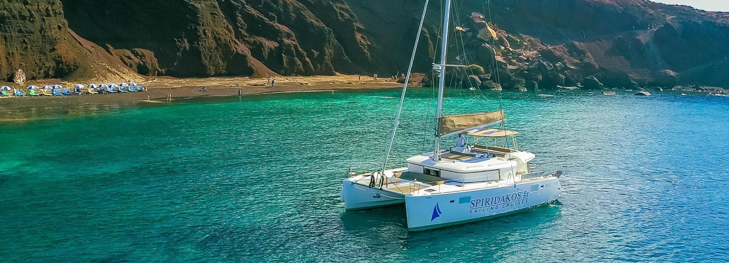 Santorini: crucero en grupo reducido con comida y bebidas