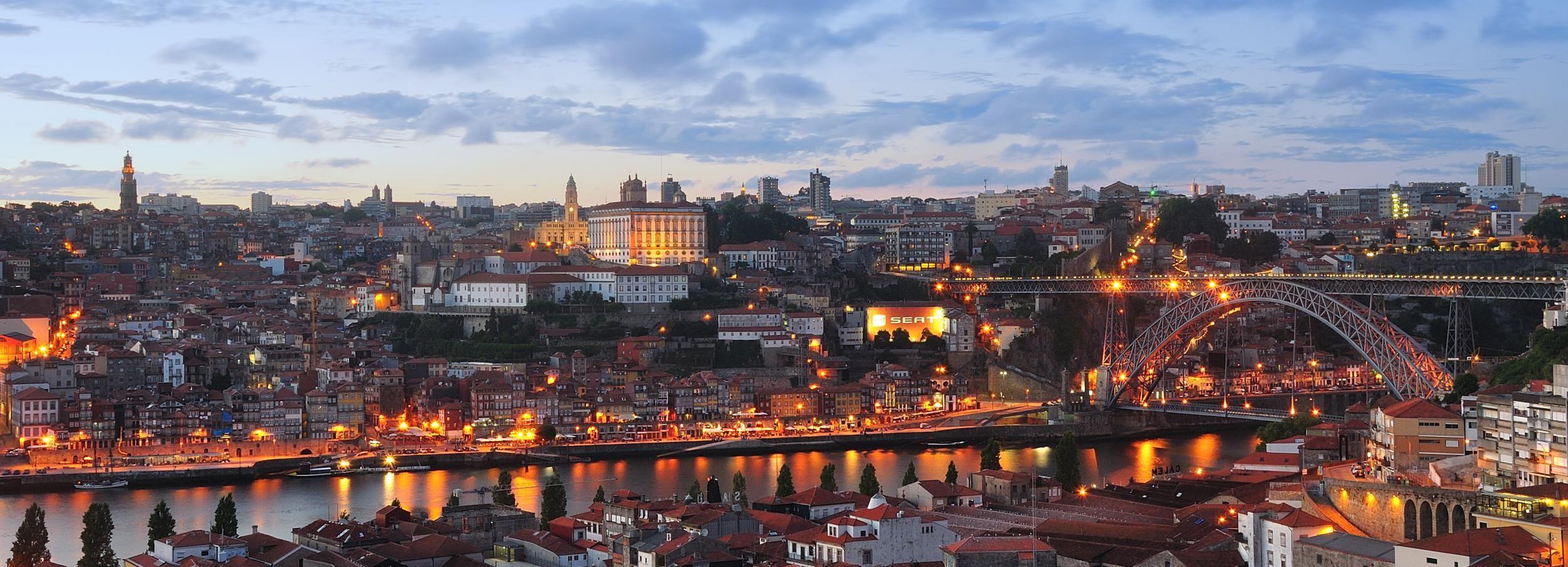 Porto: Excursão Noturna com Jantar Tradicional e Fado