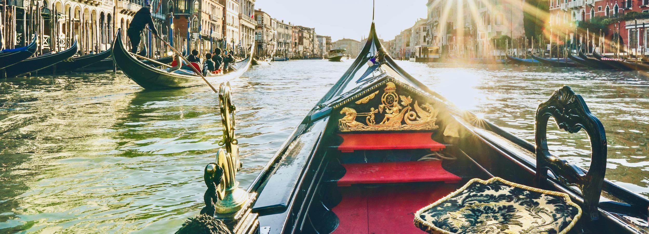 Венеция: общая гондола Проезжает через город Лагун