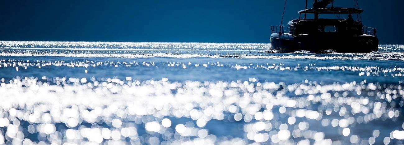 Santorini: romántico paseo en catamarán en grupo reducido