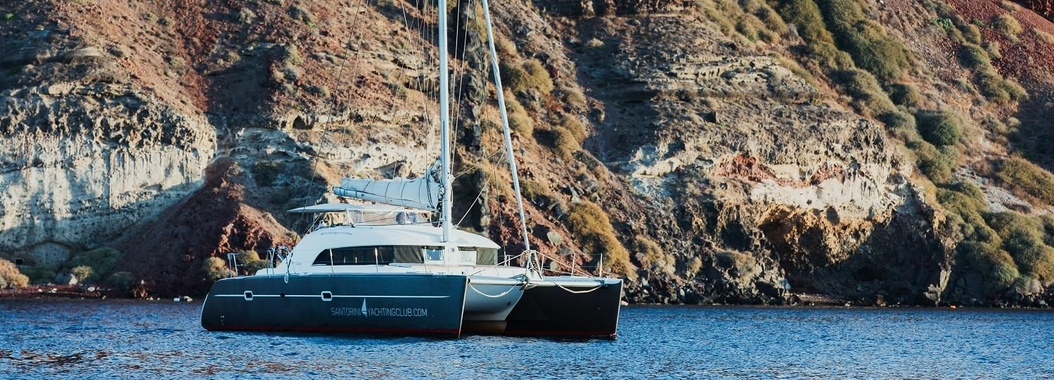 Santorini: crucero romántico en catamarán privado