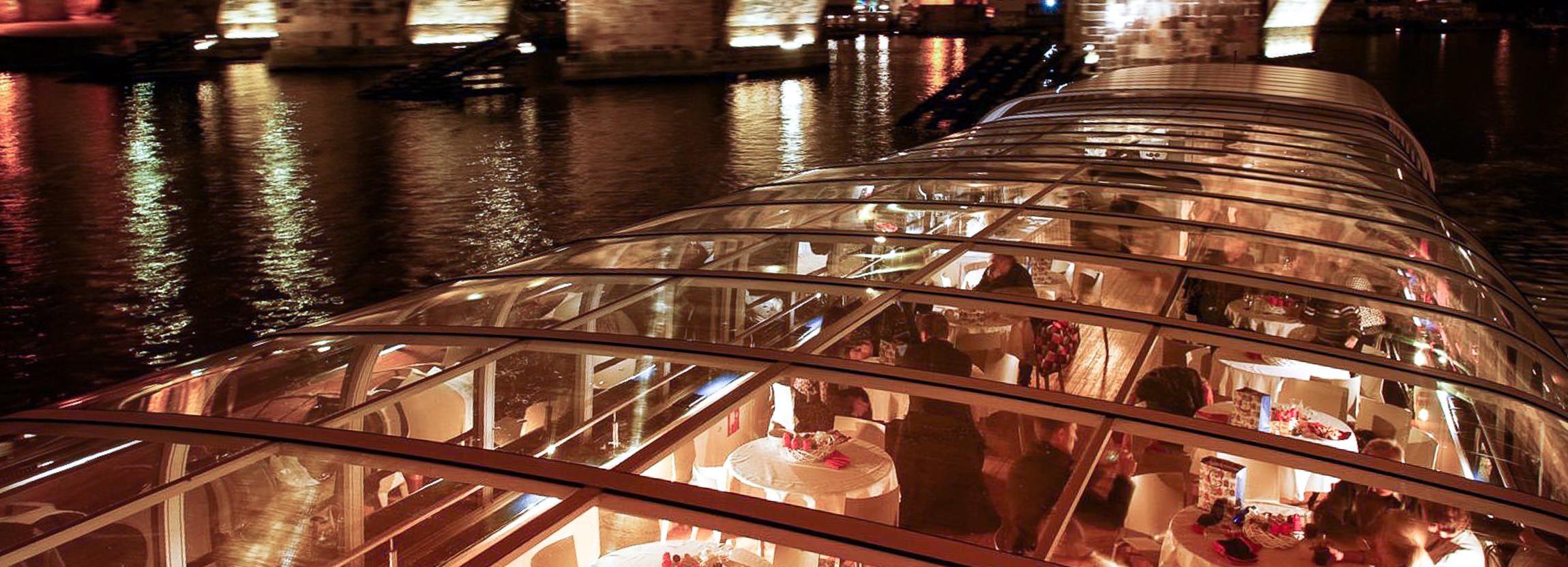 Praga: crucero con cena turística en un barco de cristal abierto