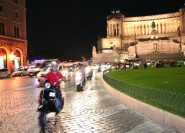 Rom bei Nacht: Private Vespa-Tour mit Fahrer/Guide