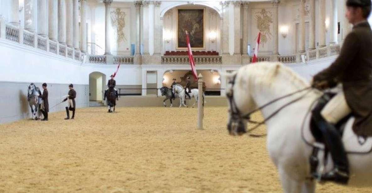 Viena: Exercício Matinal na Escola Espanhola de Equitação