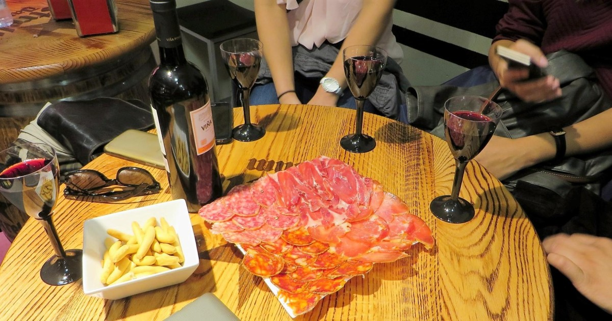 Madrid: 2.5-Hour Wine Tasting, Ham & Tapas Tour