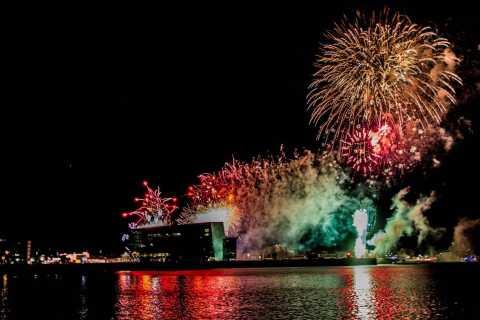 Crucero de fin de fuegos artificiales de Año Nuevo
