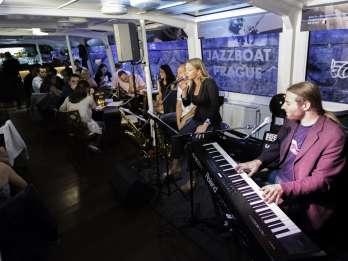 Prag: abendliche Jazz-Bootsfahrt