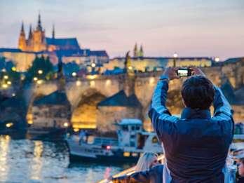 Prag: Bootstour mit Abendessen und Live-Musik
