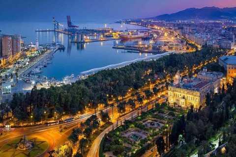 Málaga: Private Half-Day Walking Tour with Tapas