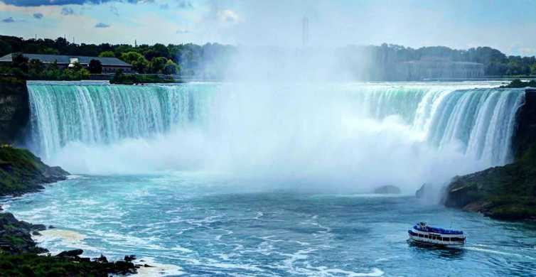 From Toronto: Niagara Falls Day Tour with Boat Cruise