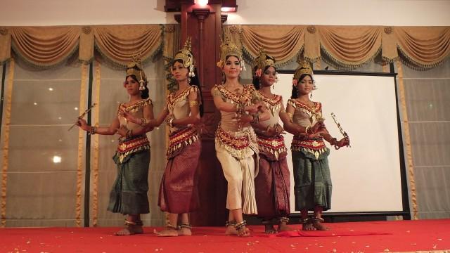 Siem Reap: Apsara Dance Show & Dinner with Tuk-Tuk Transfers