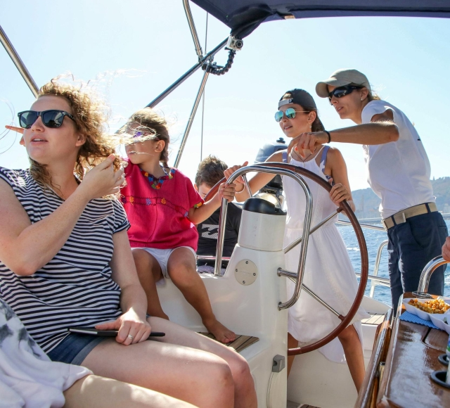 Barcelona: 1.5-Hour Vermouth Sailing Tour with Drinks