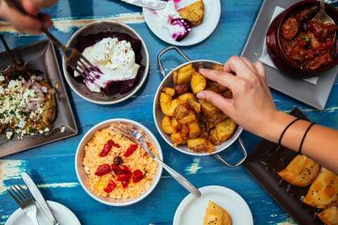Athen: Food Tour mit einem Einheimischen mit 10 Verkostungen