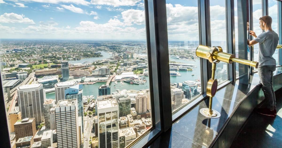 Persona mirando a la ciudad desde la Torre de Sydney