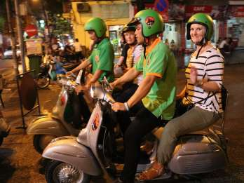 Hanoi bei Nacht: Vespa & Street Food Tour