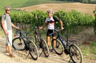 Ab Siena: E-Bike-Tour in kleiner Gruppe mit Mittagessen im Weingut