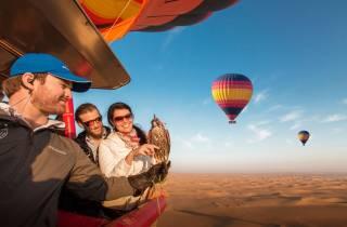 Ab Dubai: Ballonflug bei Sonnenaufgang mit Falknerei