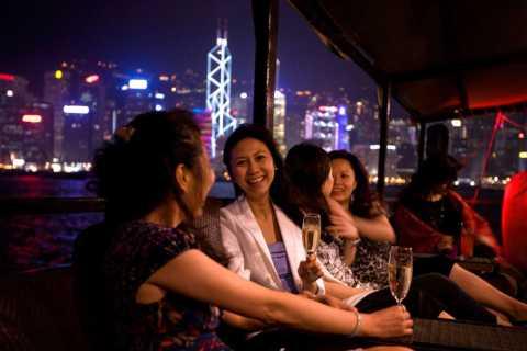 Hongkong: Abendliche Fahrt auf einer chinesischen Dschunke
