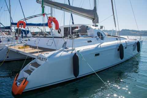 Lisbona: 2 ore di navigazione privata in catamarano