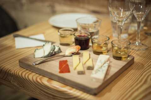 Parigi: degustazione di formaggio francese e vino