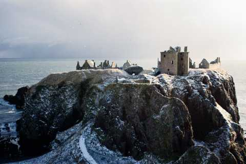 From Edinburgh: Glamis and Dunnottar Castles Tour in Spanish
