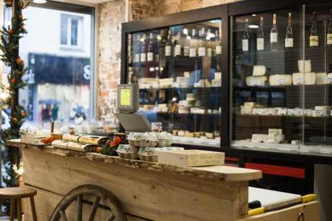 Degustazione di formaggi e vini in una cantina di formaggi di Parigi