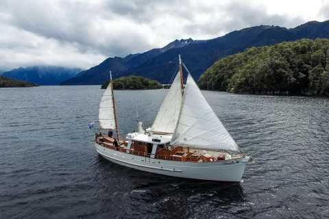 Lake Te Anau: 3-Hour Boat Cruise with Guided Walk