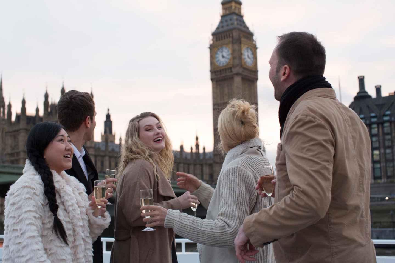 London: Bootsfahrt auf der Themse bei Sonnenuntergang