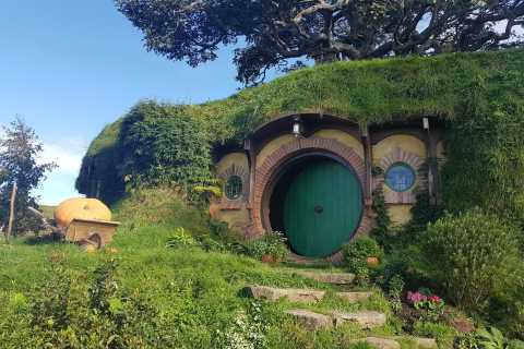 From Auckland: Hobbiton & Rotorua Tour with Lunch at Te Puia