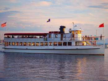 Boston: Harbour Sunset Yacht Cruise