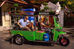Passeio Noturno de Tuk Tuk: Mercados, Templos e Comida