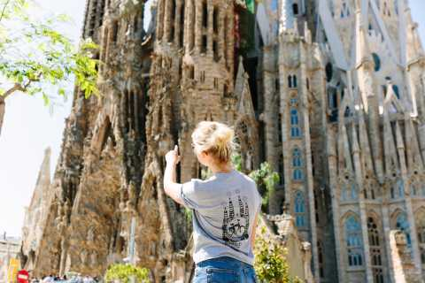 Barcelona: Halvdag Gaudi Bike Tour & Sagrada Familia Ticket