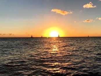Ab Honolulu: Sonnenuntergangsfahrt im Glasbodenboot