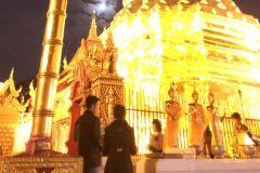 Vila do tribo do monte de Doi Suthep e serviço budista da noite