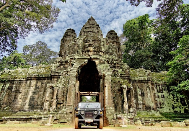 Angkor Wat: Vintage Jeep Tour with Driver