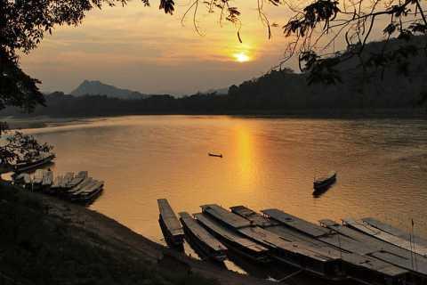 Luang Prabang: Vintage Tuk-Tuk Morning Tour