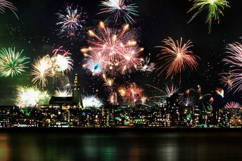 Reykjavik: 3-Hour Luxury New Years Fireworks Midnight Cruise