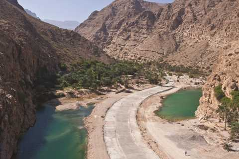 Muscat: Wadi Shab and Bimah Sinkhole Tour with Audio Guiding