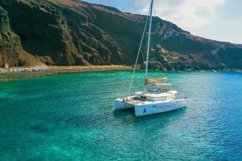 Santorini: crociera in catamarano con pasto e bevande