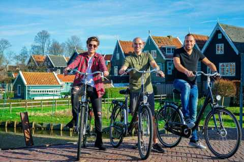 Volendam: Bike Rental with Suggested Countryside Route