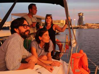 Ab Port Vell: 2-stündige Sunset Sailing Tour in Barcelona