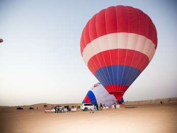 Dubai: Ballonfahrt, Kamelritt und Foto mit Falken