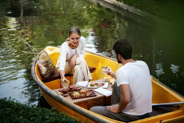 Ubud: Romantic Picnic Lunch on a Boat